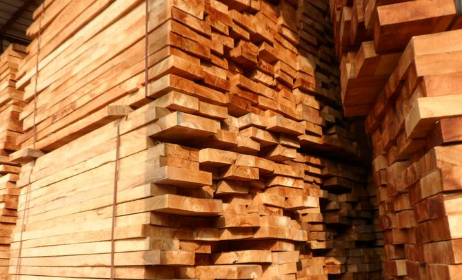 泰国橡胶木木质结构粗且均匀,纹理斜,木质较硬,易胶粘,油漆涂装
