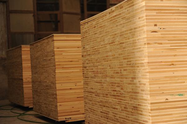 细木工板俗称大芯板,木芯板,木工板, 是由两片单板中间胶压拼接木板而成。细木工板的两面胶粘单板的总厚度不得小于3mm。 各类细木工板的边角缺损,在公称幅面以内的宽度不得超过5mm,长度不得大于20mm。中间木板是由优质天然的木板方经热处理(即烘干室烘干)以后,加工成一定规格的木条,由拼板机拼接而成。拼接后的木板两面各覆盖两层优质单板,再经冷、热压机胶压后制成。