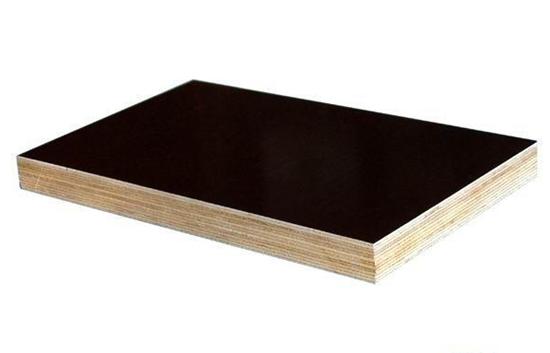 青盛木业有限公司的建筑模板采用的是最先进的排板工艺,先进的设备,一流的操作流程,胶水是和南京林业大学合作,在原有的胶水基础上,增大摩尔比率,用以增强胶水的粘合度。使模板的使用寿命比普通的多使用2--4次左右。本公司占地面积50000平方米,日产出15000张模板。拥有流水线8条,冷压机8台,涂胶机12台,热压机32台,烘干机10台,裁板锯4台,本公司拥有自己的胶水生产车间,所有胶水全部是自己生产。同时,本公司也是唯一一家采用航吊工艺的厂家。同时通过了国际IS9001国际质量认证。是中铁,中建,万达指定的战